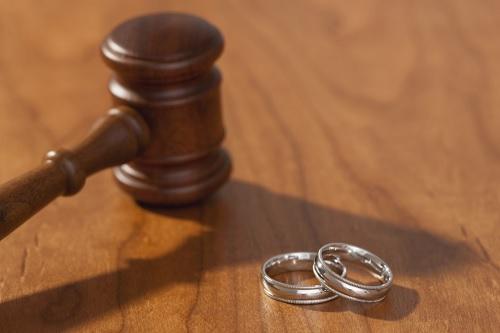 Nişan bozulması dolayısıyla maddi ve manevi tazminat davası açılabilir.
